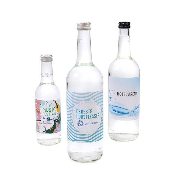 Glazen flessen met mineraalwater