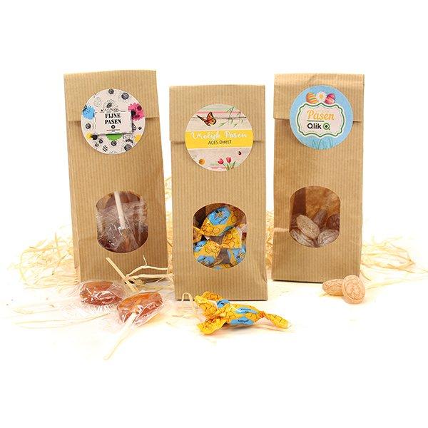 Papieren zakjes met honingsnoepjes