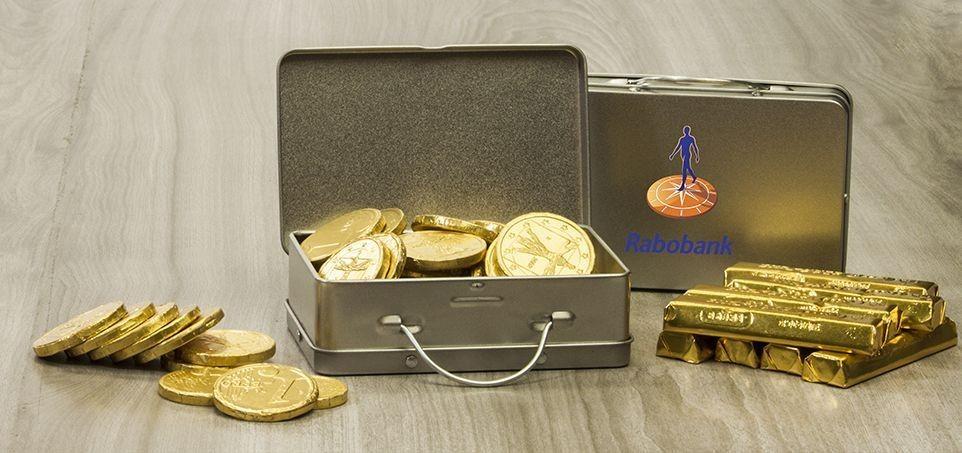 Koffertje met goudstaafjes en munten